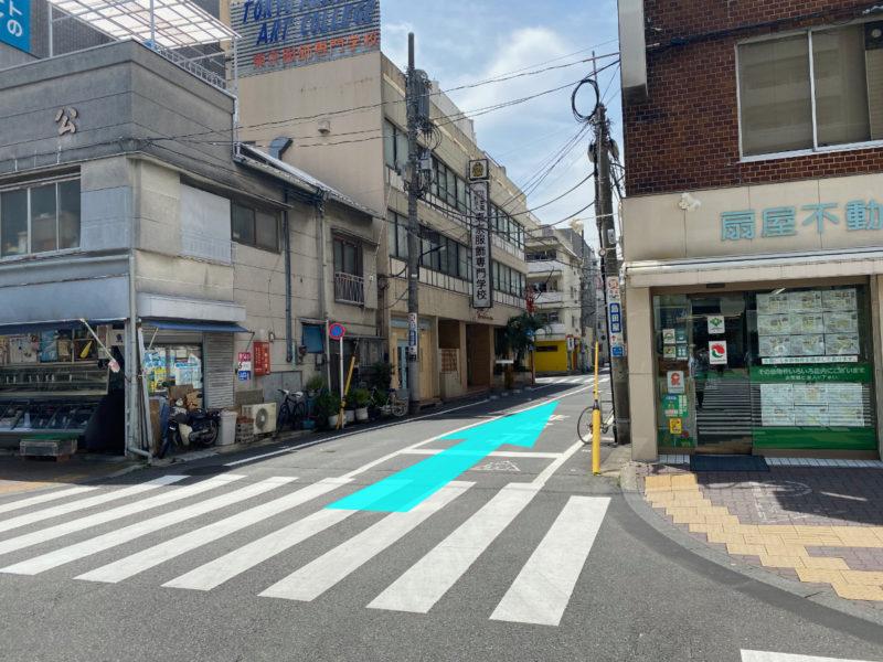 鮮魚店と不動産屋の間の道を直進